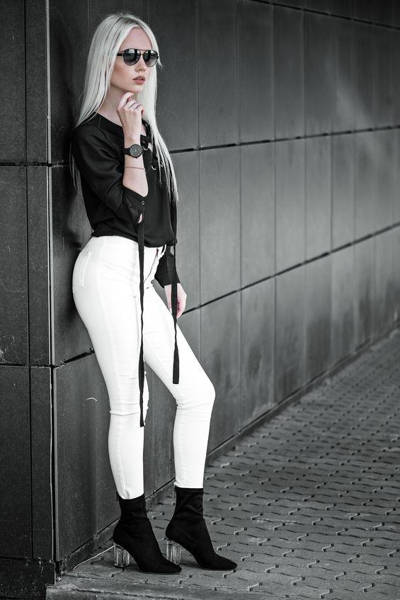 Kobieta w biało-czarnej stylizacji