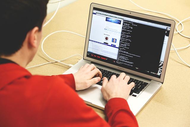 Mężczyzna siedzie przed komputerem